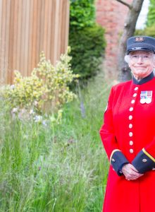 TheCloudyBayGardenRHSChelseaFlowerShow2016 Royal Chelsea Pensioner2639 Piers Cunliffe PhotographyMay 23 2016 220x300